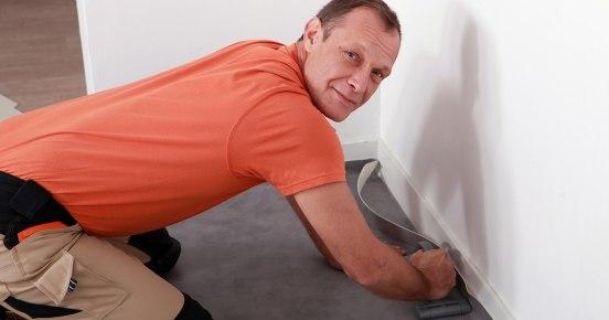 Как стелить линолеум на бетонный пол: пошаговая инструкция
